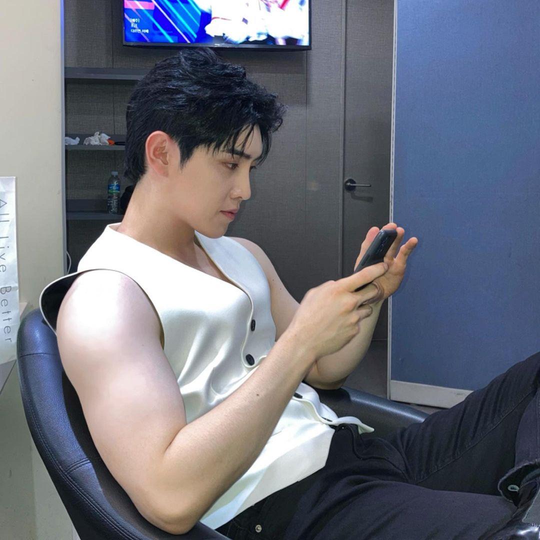 210924~ #Hyunho Instagram update 🐥 'Aspettando il music bank' '💪'   #moneymoneymoney #ParkHyunho #돈돈돈  #박현호