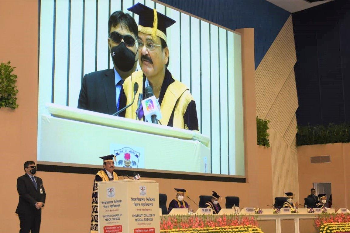 उपराष्ट्रपति एम. वेंकैया नायडू ने आज स्वास्थ्य क्षेत्र में प्रशिक्षित मानव संसाधनों की कमी को युद्ध स्तर पर दूर करने की अपील की