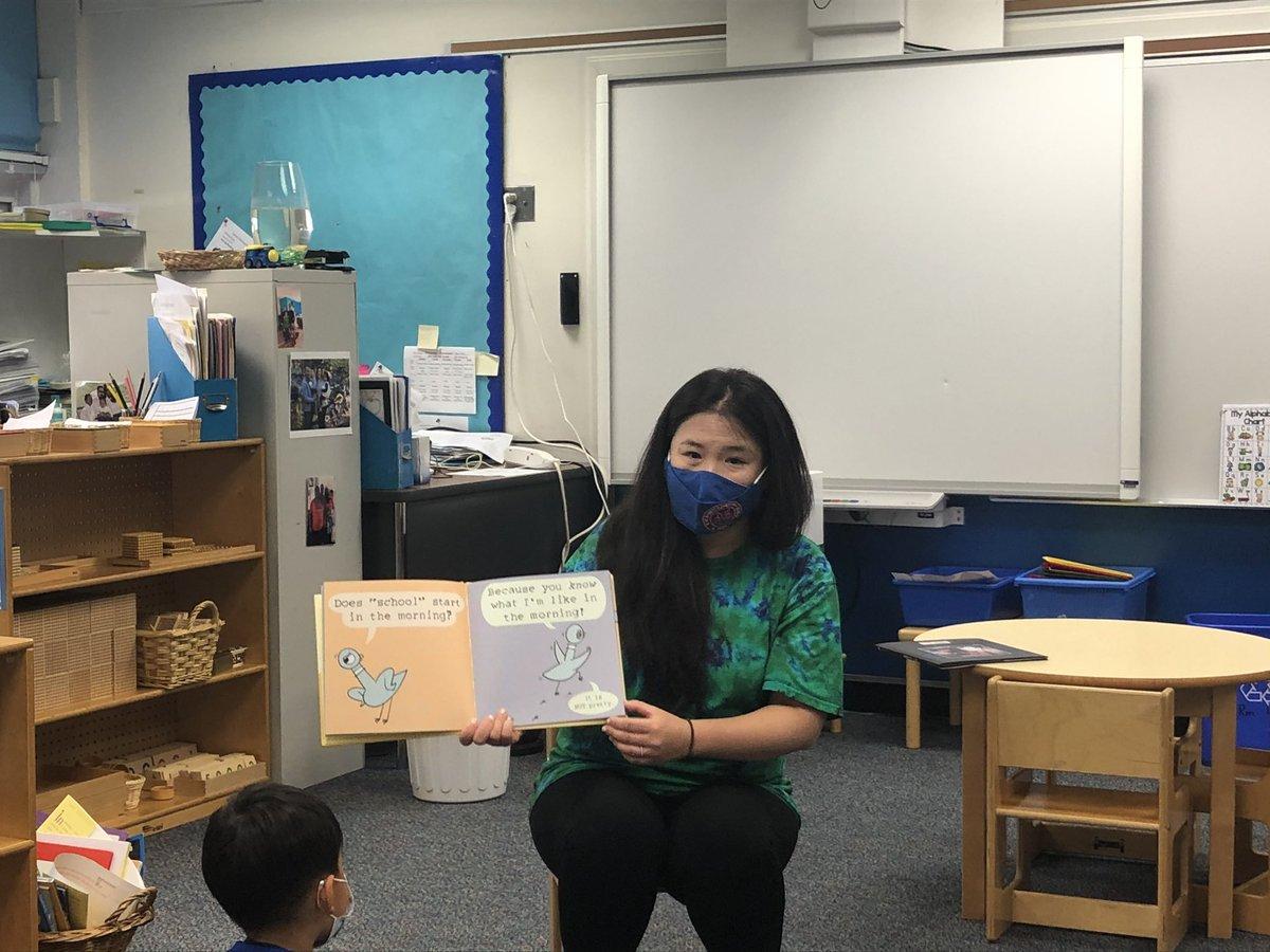 Primary Montessori @BarrettAPS war so aufgeregt, dass unsere Schulleiterin Mrs. Han uns heute vorliest!! #kwbpride @CatherineHanAPS https://t.co/NBoNRF037N