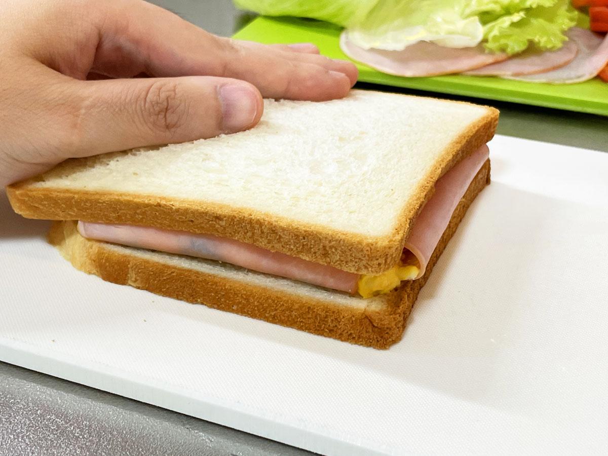 これは天才!サンドイッチ作るときにハムで具を包めばこぼれないを試してみた。