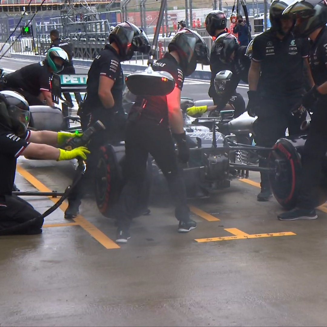 Hamilton, only minor damage after contact with the pit lane barriers – F1 Team – Formula 1