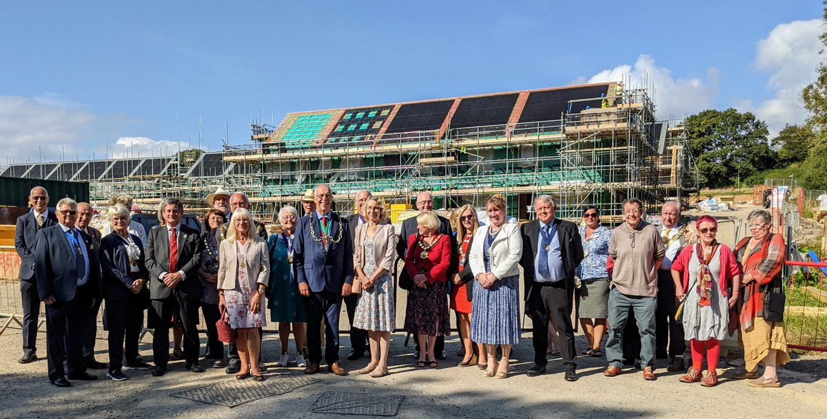 It's great to see a 'chain of mayors' visiting our project at Bridport Cohousing, west Dorset, led by an extraordinary group of local residents to learn about the approach to designing better futures together. #Bridport #cohousing #clt @UKCohousing @HomesEngland @CommLedHousing https://t.co/nbQLIOHVmq