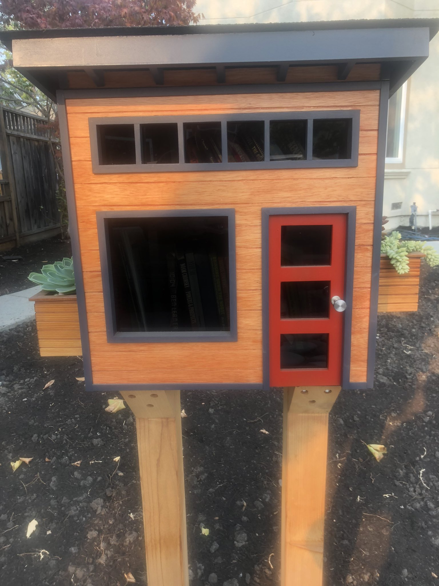 This is the nicest #littlelibrary in my neighborhood https://t.co/Cs6qpD0dve