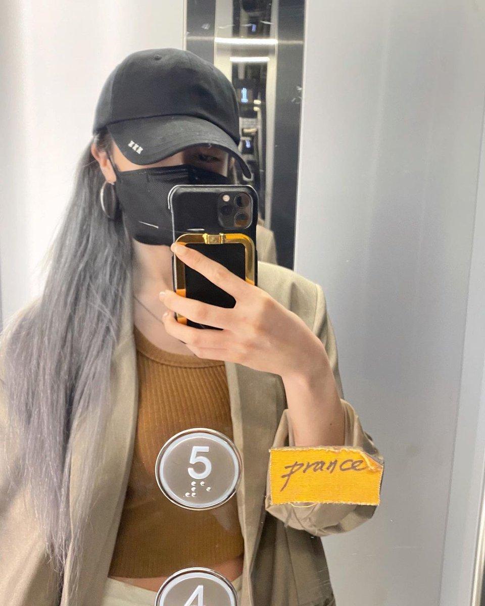 [JİYEON]  Jiyeon daha öncesinde bir hikaye ile hangi renge boyatmasını istediğimizi sorduğu saçlarının yeni halini sosyal medya hesabında 'D-?' yazarak paylaştı.  #Queens / #Kings o harika gün çok yakında geliyor❗  #T_ARA #TiARA #TARA #Jiyeon #ParkJiyeon