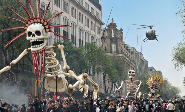 """今まではそんな事してなかったのに『007スペクター』で映画のようなシーンを期待して聖地巡礼に訪れる観光客をがっかりさせないようにメキシコのお盆""""Day of the Dead""""(死者の日)で実際に大規模な仮装パレードが開催されるようになった話、おもてなし精神が強くて好き"""