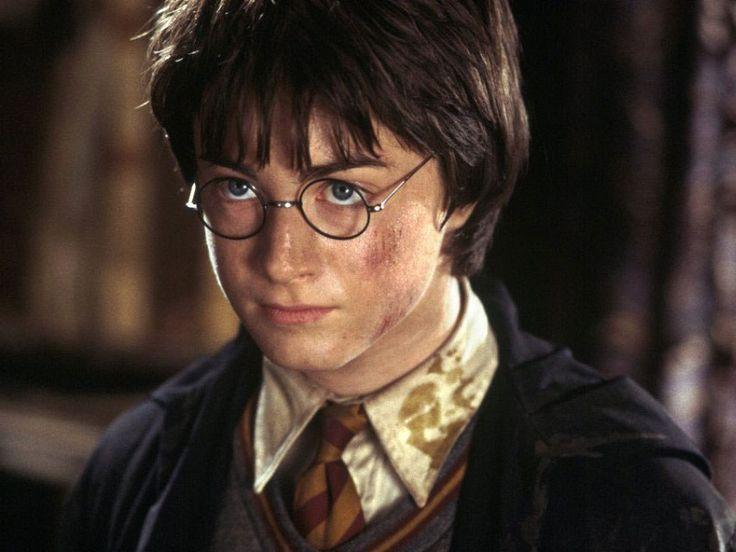 İkinci filmde, Harry'nin bir çorabını çıkarttığı sahnede sağ ayağındaki kılların alınması gerekti çünkü 12 yaşındaki birine göre Daniel fazla kıllıydı.