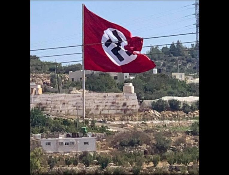 صورة مؤسفة لعلم النازية وقد نصبه فلسطينيون على كابلات الكهرباء في بلدة بيت أمر بالقرب من الخليل.. صراع…