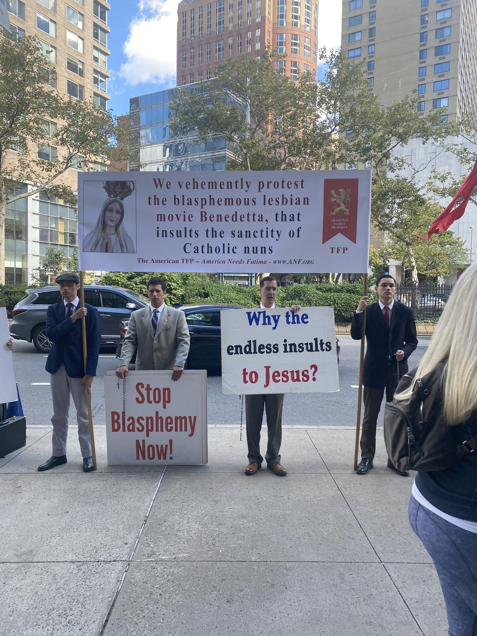 Católicos protestando contra la película Benedetta