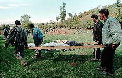 In Obrinje, bodies of the slain were recovered from a gorge. Two ethnic Albanian children that where executed by Serb police are carried to a burial site in the village. 𝙿𝚑𝚘𝚝𝚘 & 𝙲𝚊𝚙𝚝𝚒𝚘𝚗 𝚋𝚢 𝚆𝚊𝚍𝚎 𝙶𝚘𝚍𝚍𝚊𝚛𝚍/𝚃𝚑𝚎 𝙽𝚎𝚠 𝚈𝚘𝚛𝚔 𝚃𝚒𝚖𝚎𝚜 #KosovoGenocide