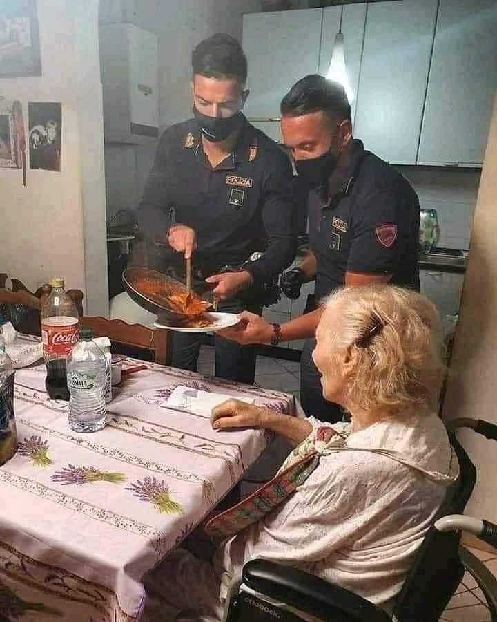 イタリアの警察官、一人暮らしの高齢女性に食事を振る舞う!