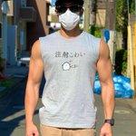 見た目からはそう見えない?「注射こわい」Tシャツを着てワクチン接種に向かうマッチョ!