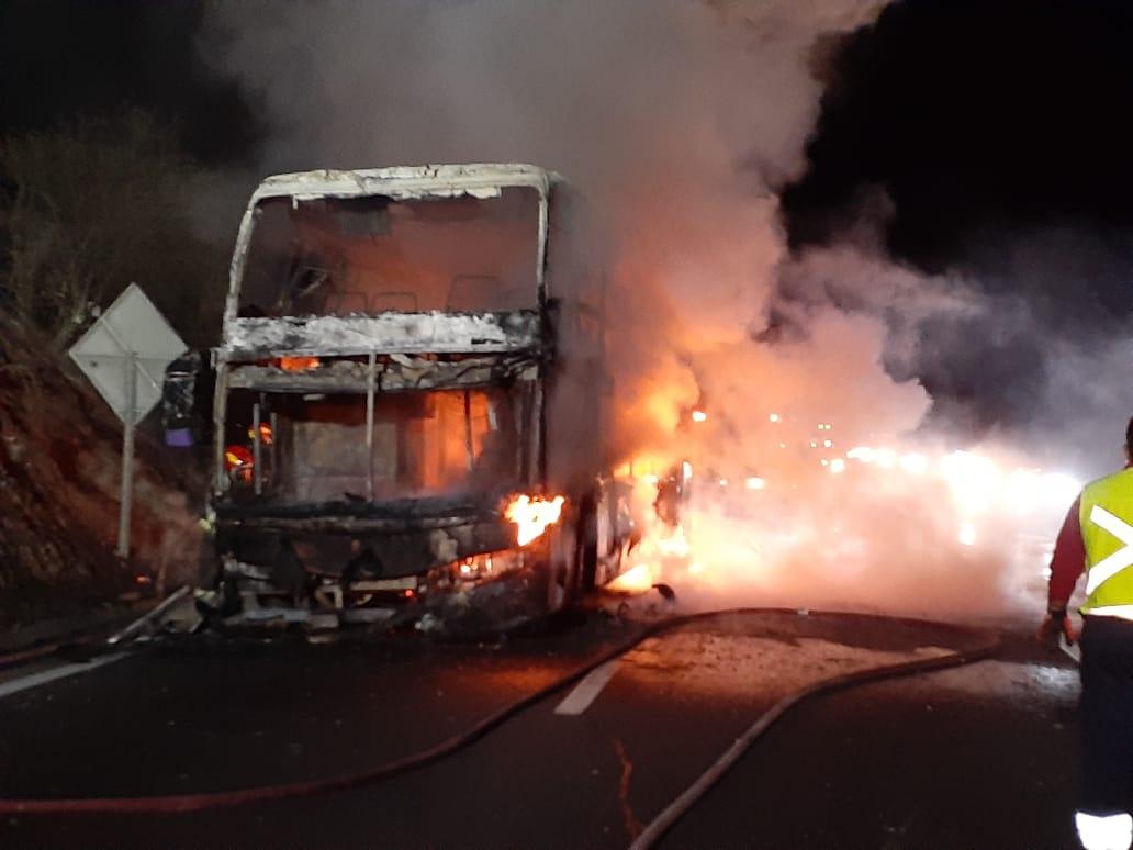RT @djgraff_German #Curacaví Unidades B-3 Z-3 @TerceraCvi BX-1 @bomba_curacavi trabajaron en Incendio de Bus en #Ruta68 KM 25 dirección Santiago. @alegriagonzaa @osvaldocuartele @Bomba_Decima @bayron_lopez01 @cramirezc @GrupoWurtlitzer @Pabl0Manzanares @CA3EHH @Cooperativa @biobio