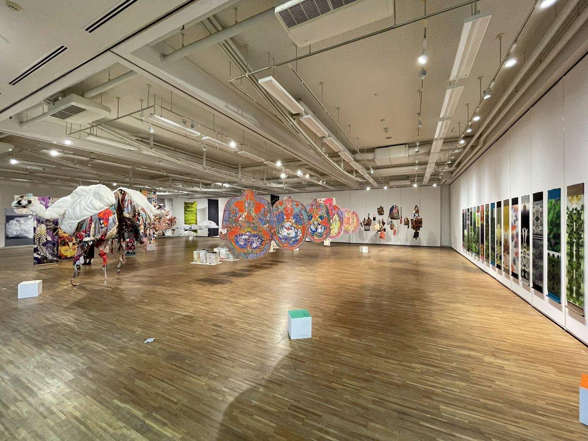 ギャルリ・オーブにて始まった「Colors -染めの世界・八幡はるみと卒業生-」。展示空間がものすごいことになっていました。学外の方も予約制でご覧いただけるそう。ぜひ。