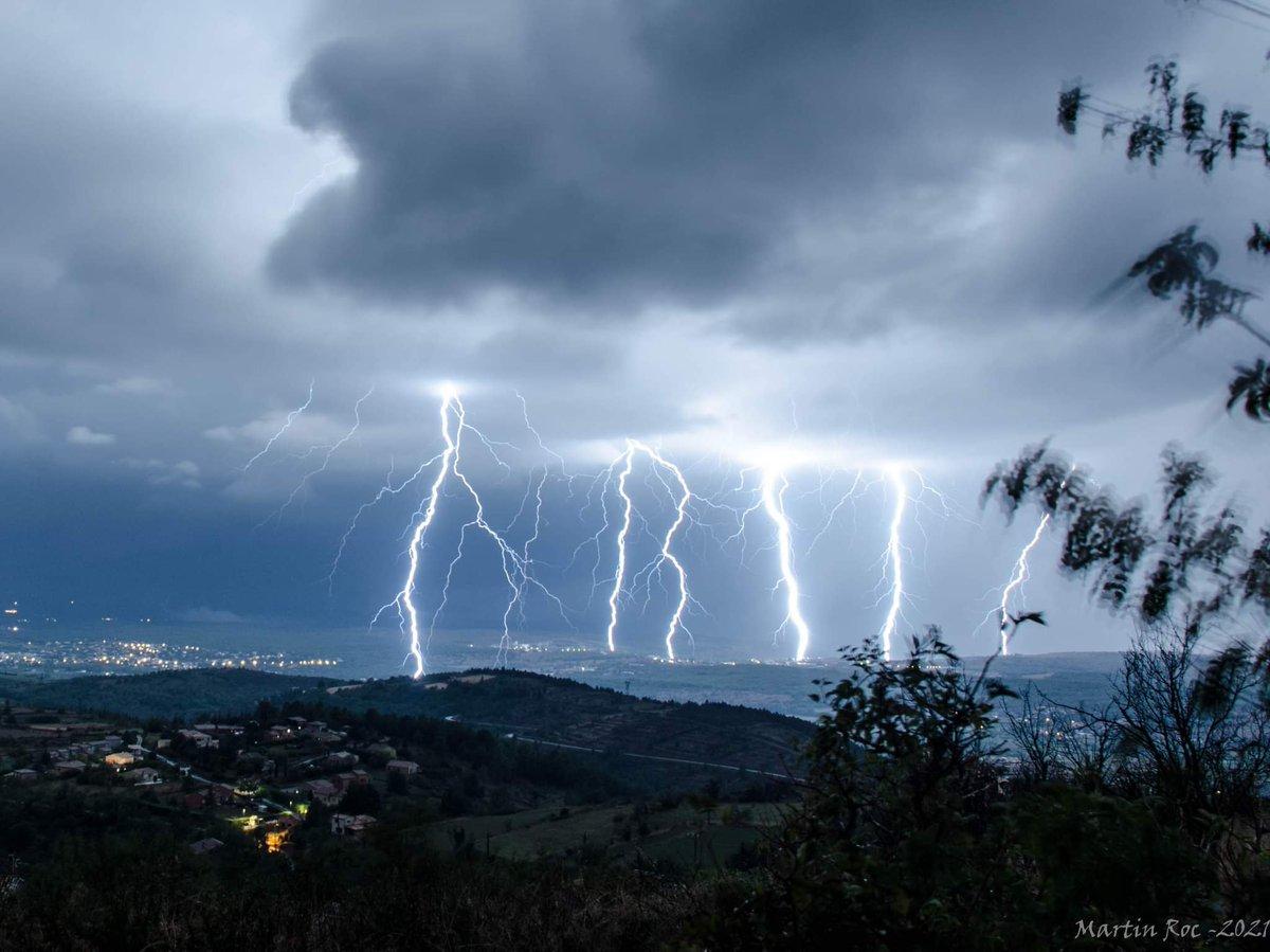 Intense activité électrique photographiée dans la nuit de samedi à dimanche en #Ardèche par Martin Rockenstrocly