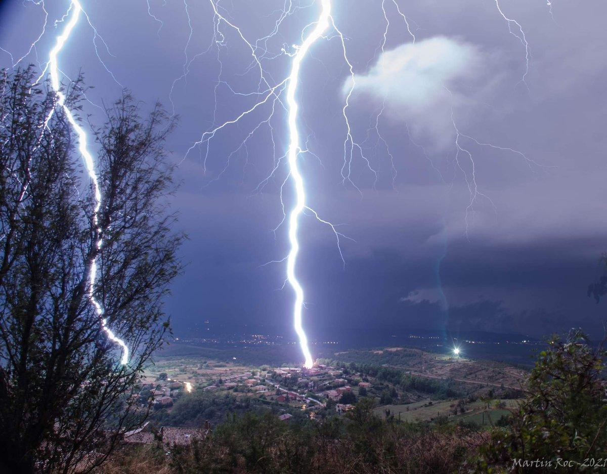 Impact de foudre proche, en #Ardèche dans la nuit de samedi à dimanche, capturé par Martin Rockenstrocly.