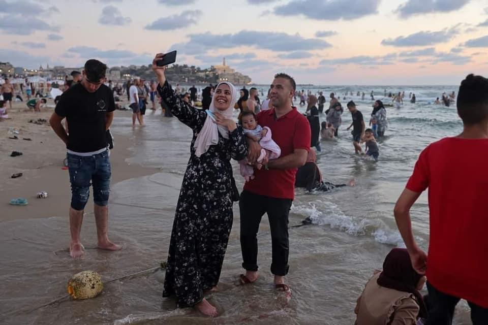 ساحل البحر في تل ابيب يستقطب كل فئات المجتمع. هذه هي الحرية.  والاختلاف في