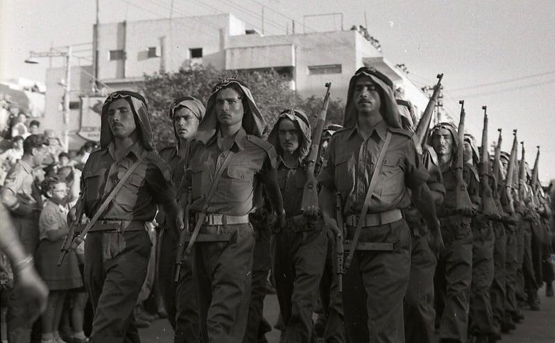 الصورة لجنود دروز في أول استعراض عسكري لجيش الدفاع الإسرائيلي خلال عيد الاستقلال عام 1949.. جيش الدفاع…