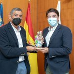 Image for the Tweet beginning: Luis Barcala recibe una escultura