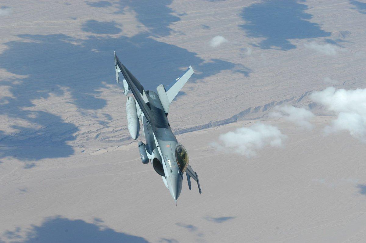 F-16 de la Fuerza Aérea de #Chile sobre el desierto de Atacama, luego de reabastecer desde un KC-10 Extender de la #USAF Ejercicio Newen 2008 @FACh_Chile   📷 @santiagoR24    #photography #photooftheday #FOTOS @Chilemod1 @fach_ee