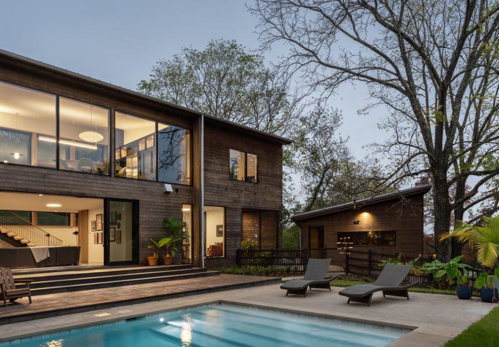 Das Wood Screen House befindet sich in Nashville, Tennessee und besteht aus einem Einfamilienhaus, einer Garage und einer Poolterrasse mit rundherum liegenden Gärten. Moderne Architektur mit einer Holzverkleidung aus Kebony.   Mehr unter https://t.co/Ce3bVIxQdT https://t.co/dUvyGX1e9B