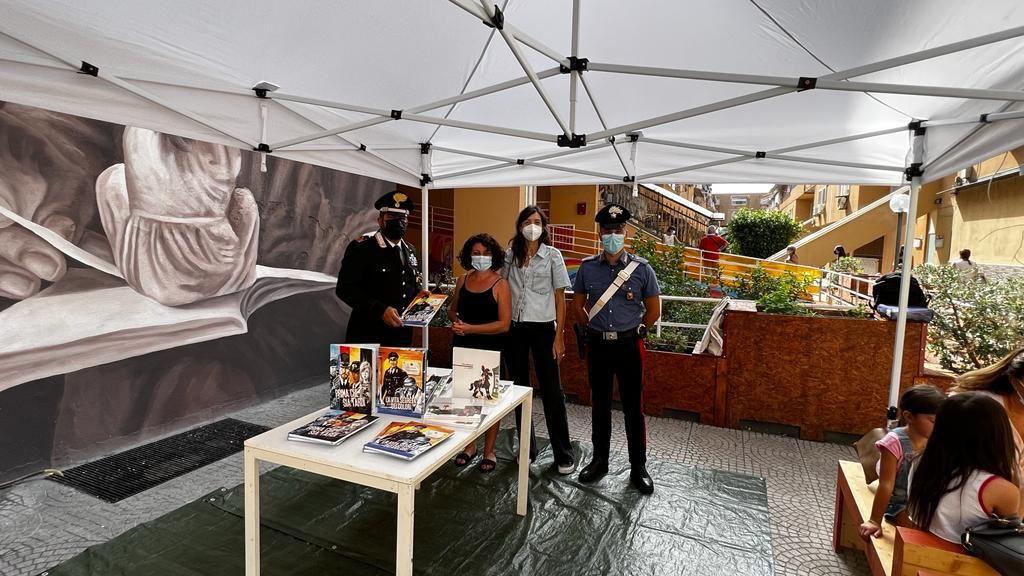 I @_Carabinieri_ di Palermo hanno donato alcuni libri per ragazzi, editi dall'Arma, alla biblioteca Giufà, punto di riferimento per i giovani del quartiere Zen2. Si rinnova l'impegno a sostegno della cultura della legalità in aree storicamente critiche