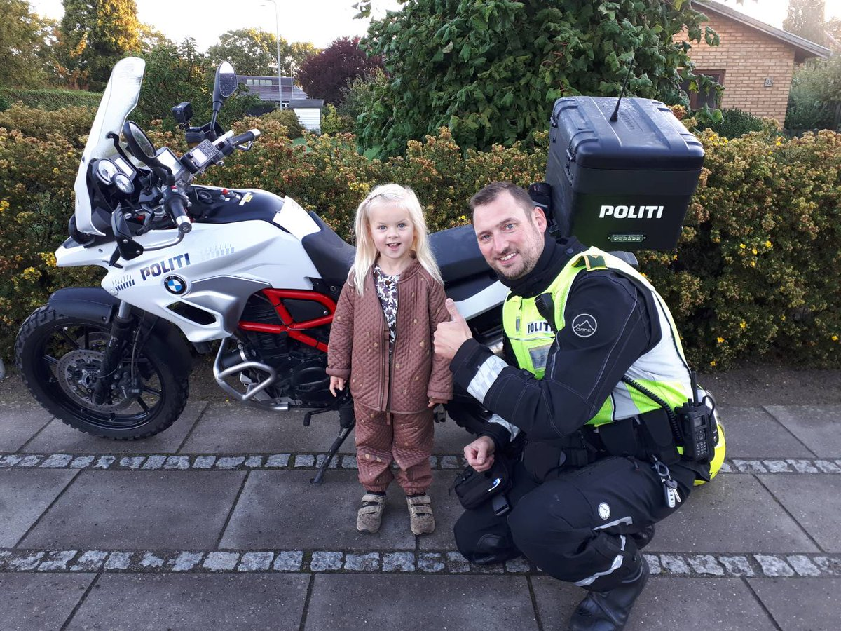 I dag var vores færdselsafdeling på tidligt morgenbesøg ved Tarup skole i Odense, hvor vi mødte søde Vida-Astrid på 3 år 😊 Der ud over bød besøget på i alt 10 sigtelser delt ud til trafikanter der ikke respekterede skiltningen om indkørsel forbudt for motorkøretøjer. #politidk https://t.co/KAv5ZTBdd4