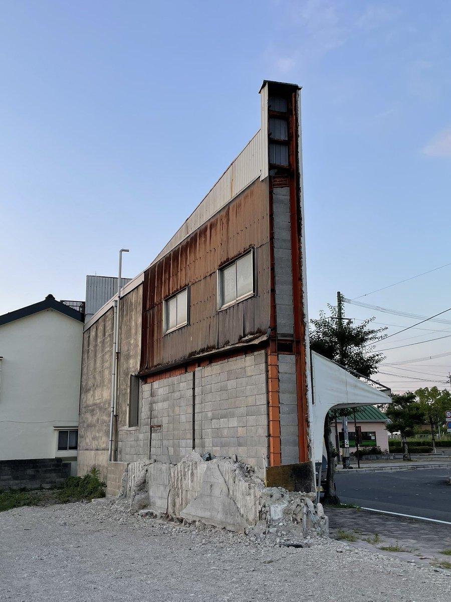 何の変哲もない建物かと思いきや…?こんなうっっっすい建物あるの!?
