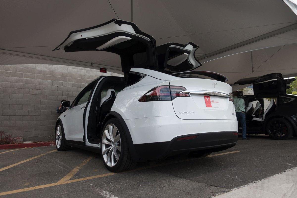 Tesla sued by Texas cops after a Model X on Autopilot slammed into five officers