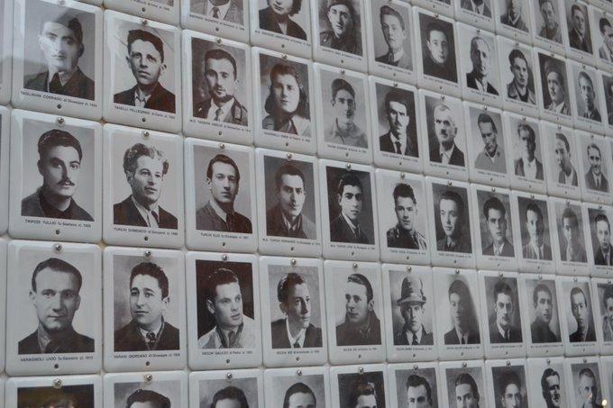 Wand mit vielen Schwarz weiß Fotos der Opfer