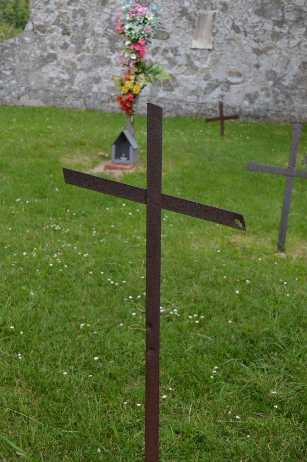 Kreuz mit Einschussloch auf Friedhof
