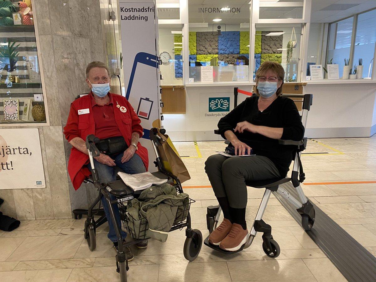 Idag öppnar samhället upp. Inga-Britt  Björfeldt har arbetat 14 år som Rödakorsvärd på DS och är idag på plats för första gången på 1,5 år sedan pandemin slog till.  – Jag är glad över att vara tillbaka och kunna hjälpa folk eller småprata med de som är rädda för sjukhusmiljöer. https://t.co/YzB2omsg9J