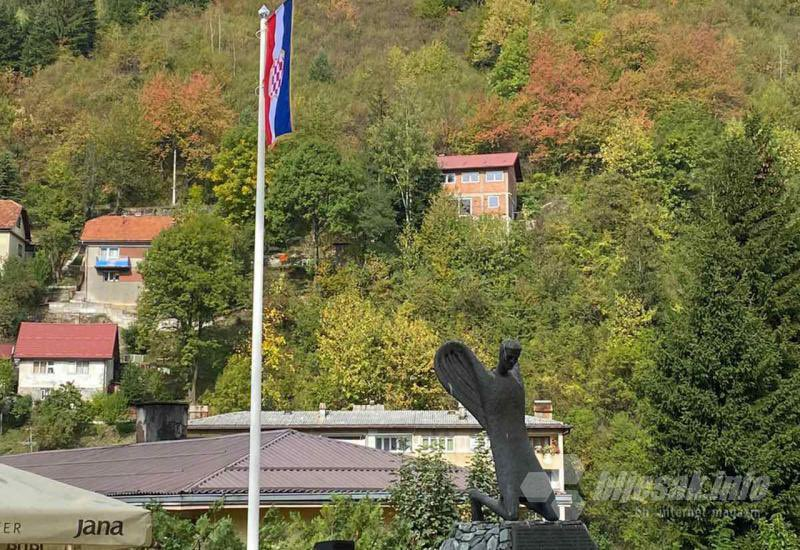 Slavni sportaš se hvali: Srušena zastava Hrvata u Varešu - Page 2 FAdJmo0XIAM8qDs?format=jpg&name=900x900