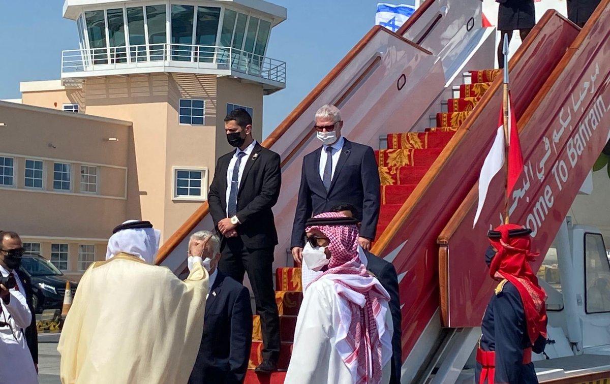 مدير عام الخارجية الون اوشبيز  يحط في مطار المنامة وهو يرافق وزير الخارجية في