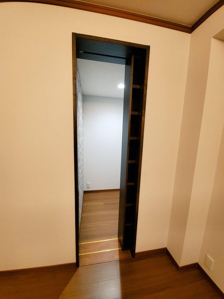 これは憧れる!本棚をスライドさせると「隠し部屋」が現れる新居!
