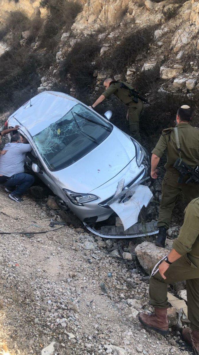 جنود جيش الدفاع يهرعون إلى مساعدة سيارة فلسطينية تدهورت بالقرب من قرية