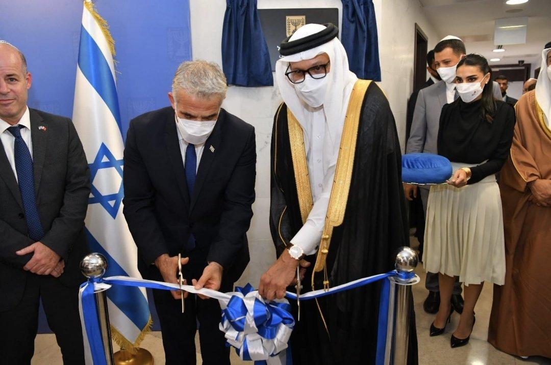 """مسك الختام! الوزير لبيد : """"قصصنا اليوم الشريط وافتتحنا رسميا السفارة الإسرائيلية"""
