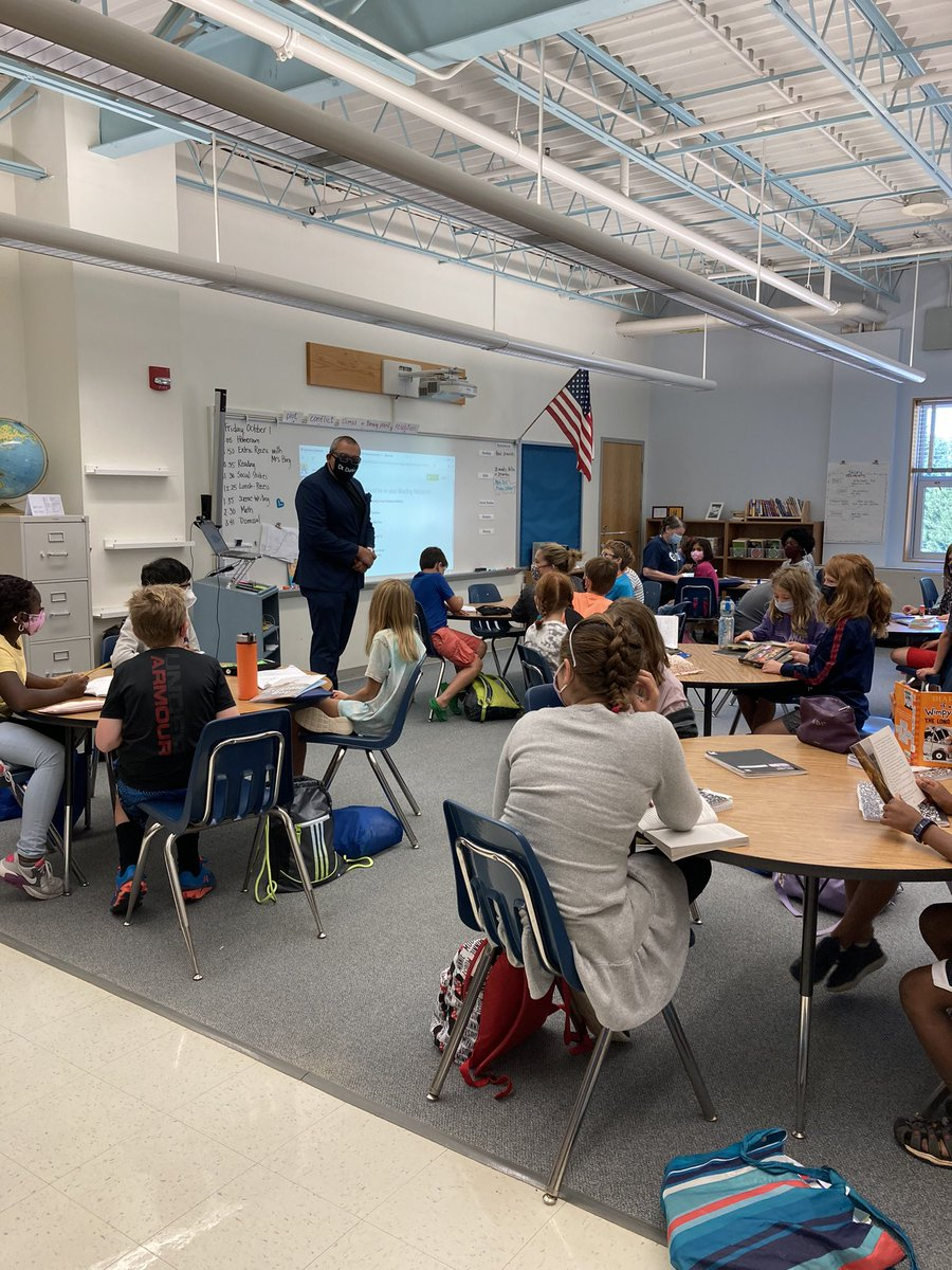 <a target='_blank' href='http://twitter.com/APSVirginia'>@APSVirginia</a> Dr. Duran came to <a target='_blank' href='http://twitter.com/GlebeAPS'>@GlebeAPS</a> today to visit classrooms and talk with students and teachers! Thanks for the fist bumps! <a target='_blank' href='http://search.twitter.com/search?q=GlebeEagles'><a target='_blank' href='https://twitter.com/hashtag/GlebeEagles?src=hash'>#GlebeEagles</a></a> <a target='_blank' href='https://t.co/V0usRk6Bhk'>https://t.co/V0usRk6Bhk</a>