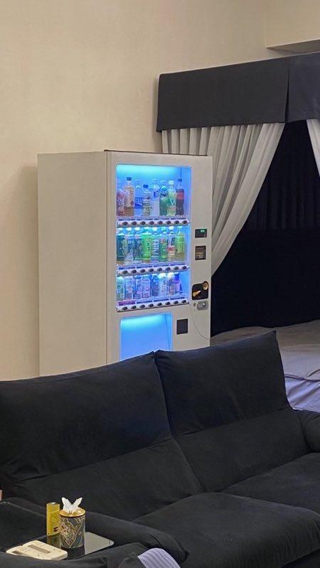 なんでそうなった?w飲み物を箱でお願いしたら、部屋に自動販売機がきた!