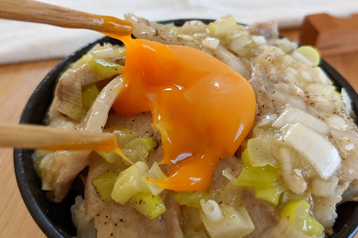 ネギ塩味が豚バラ肉ととっても合いそう!お肉を食べたい気分のときにもぴったりそうな、丼ものレシピ!