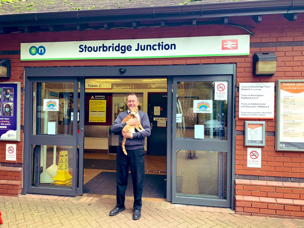 """Staff at #StourbridgeJunction - and station cat @TheStourbridge - are celebrating after the @WestMidRailway site was named Britain's favourite in the @RailDeliveryGrp """"World Cup of Stations"""" https://t.co/pRIiMryb01 https://t.co/MxgSmUgH3S"""