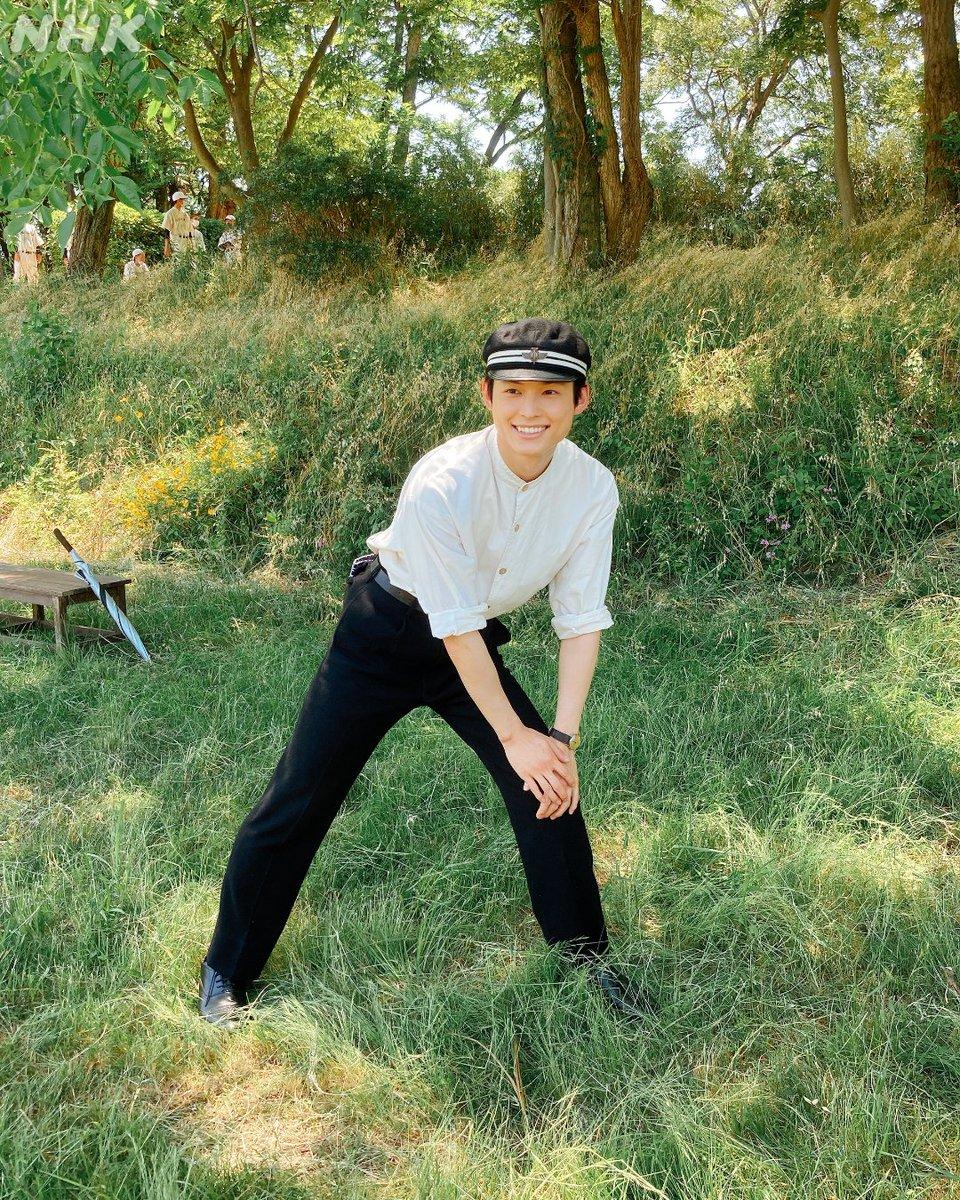 萌音さんのリクエストで北斗さんが昭和のアイドルポーズに挑戦!さすが…、決まってます💯(Photo by 萌音さん)この撮影の様子は近日放送の番組でご紹介します!▼もうすぐ! #カムカムエヴリバディ#上白石萌音 #松村北斗 #SixTONES#朝ドラ #カムカム #オフショット