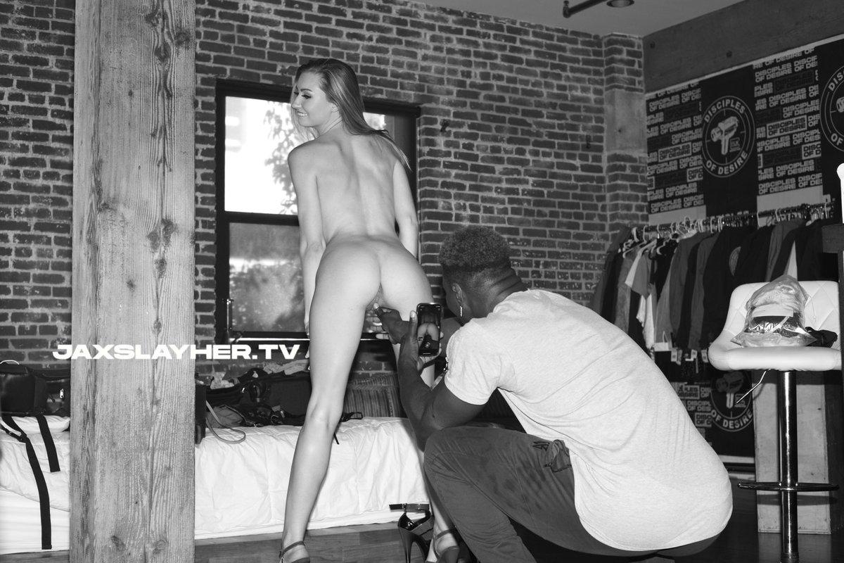 I'm not a pervert 😏, I just like to film hot girls 🤷🏿♂️ 📸l @EmmaSirus 📸l @stepbrotherchad