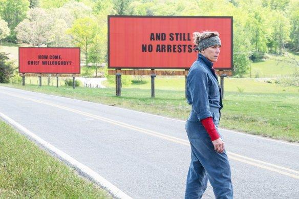 Kasabanın çıkışındaki 3 büyük reklam panosunu kiralayan ve bunlara cinayetle ilgili şerifi suçlayan mesajlar yazdıran Hayes, vazgeçmesini isteyen herkese tek başına meydan okuyacaktır.  🎬Three Billboards Outside Ebbing, Missouri  (2017)-8.1