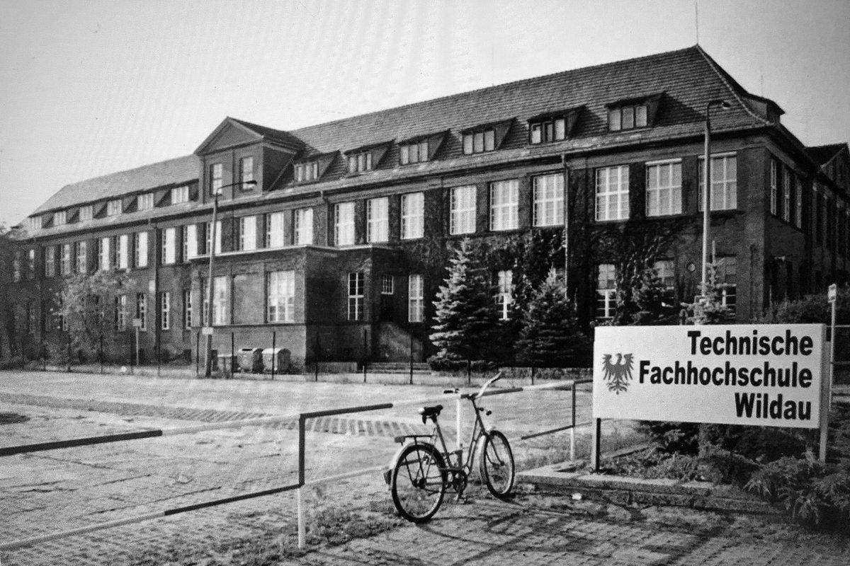 17. Oktober, noch 5 Tage bis zum #Hochschuljubiläum. Die Zahl 17 spielt in der Vergangenheit der #THWildau eine große Rolle: 1991 begann der Studienbetrieb mit 17 Maschinenbau-Studierenden. Heute sind es rund 3.800 Studierende. Mehr➡️https://t.co/78A87oLOS8 #30jahrethwildau https://t.co/lmMs1XRcx3
