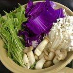 珍しいと思って?紫白菜を鍋に投入した結果www