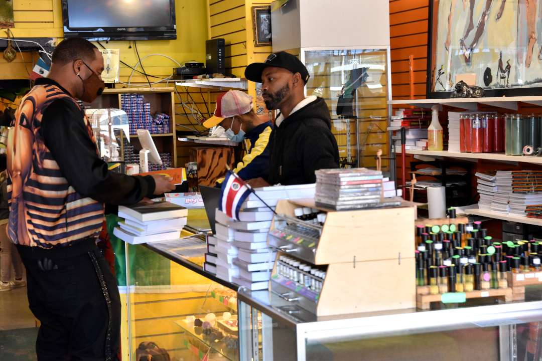 @ChiHydePark  Frontline Bookstore and Crafts Celebrates Customer Appreciate Day  https://t.co/ceUtOCI249 https://t.co/0159ijpuJT