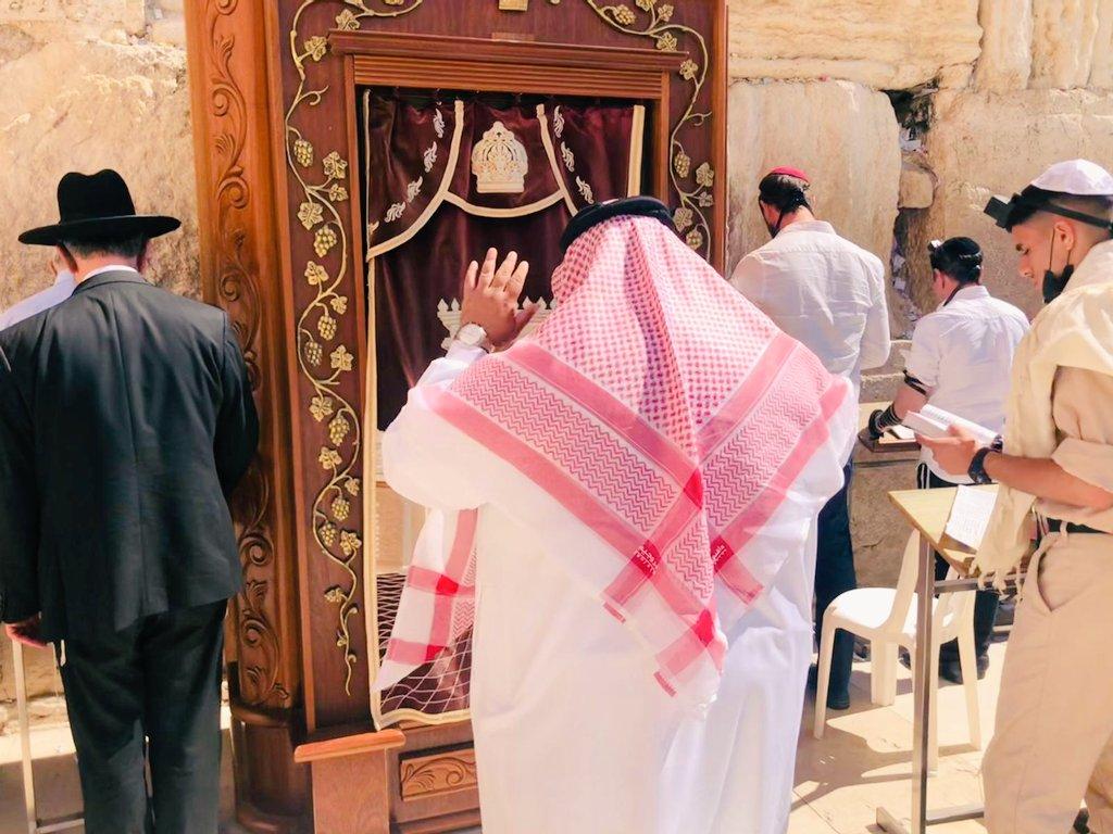 وأخيراً أديت صلاة الظهر جنب إخواني وأحبابي اليهود أمام حائط المبكى في دولة
