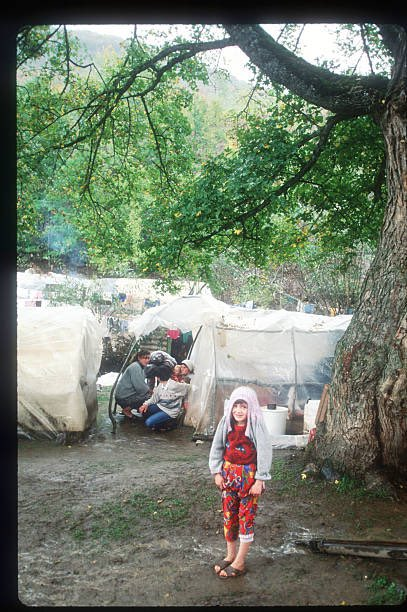 A child stands near a makeshift refugee camp October 8, 1998 in Kosovo. 𝙿𝚑𝚘𝚝𝚘 & 𝙲𝚊𝚙𝚝𝚒𝚘𝚗 𝚋𝚢 𝚁𝚘𝚐𝚎𝚛 𝙻𝚎𝚖𝚘𝚢𝚗𝚎/𝙻𝚒𝚊𝚒𝚜𝚘𝚗 #KosovoWillNeverForget
