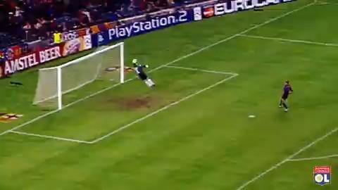 #OLRétro 10 Octobre 2001 : Il y a exactement 20 ans Greg Grégory Coupet réalisait ce double arrêt légendaire face au Barca !