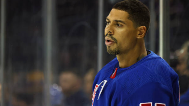 Brave Islanders fan tricks Ryan Reaves into taking a picture with an Isles jersey. 😬😂 MORE @ bardown.com/1.1703735